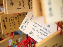 Tabletas de madera del rezo del caballo con la escritura tailandesa de la mano en Kiyomizu d Foto de archivo