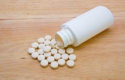 Tabletas de vitamina con la botella fotografía de archivo