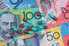 Tabletas encapsuladas coloridas en el dólar de Australia fotos de archivo libres de regalías