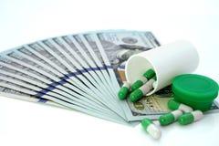 Tabletas médicas y dólares Corrupción del coste de la atención sanitaria en medicina Fotografía de archivo