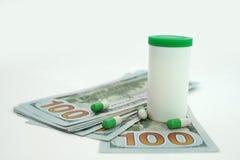Tabletas médicas y dólares Coste de la atención sanitaria Imagen de archivo libre de regalías