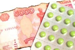 Tabletas medicinales con los billetes Imagen de archivo libre de regalías