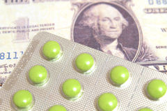 Tabletas medicinales con los billetes Fotos de archivo libres de regalías