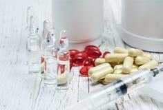Tabletas, píldoras y jeringuilla de dopar las drogas o la medicina con la bandera rusa de la cinta imagenes de archivo