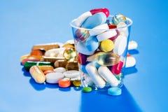 Tabletas y cápsulas Imagen de archivo libre de regalías