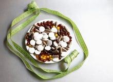 Tabletas y cápsulas como tratamiento de una enfermedad en la macro Fotografía de archivo libre de regalías