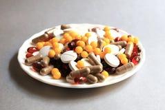 Tabletas y cápsulas como tratamiento de una enfermedad en la macro Foto de archivo libre de regalías
