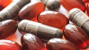 Tabletas y cápsulas como tratamiento de una enfermedad en la macro p Fotografía de archivo libre de regalías
