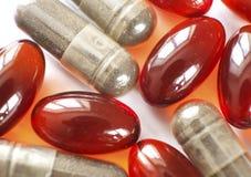 Tabletas y cápsulas como tratamiento de una enfermedad en la macro p Imagenes de archivo