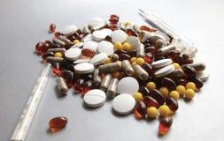 Tabletas y cápsulas como tratamiento de una enfermedad en la macro p Imagen de archivo libre de regalías