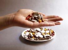 Tabletas y cápsulas como tratamiento de una enfermedad en la macro p Fotos de archivo libres de regalías
