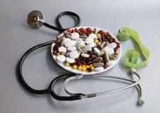 Tabletas y cápsulas como tratamiento de una enfermedad en la macro p Foto de archivo