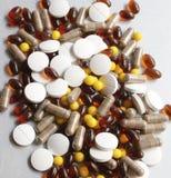 Tabletas y cápsulas como tratamiento de una enfermedad en la macro p Fotografía de archivo
