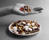 Tabletas y cápsulas como tratamiento de una enfermedad en la macro p Imágenes de archivo libres de regalías