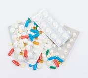 Tabletas y cápsulas en paquetes de ampolla en blanco foto de archivo