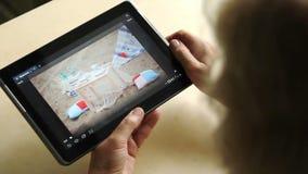 Tabletcomputer in de handen van een volwassen vrouw stock video