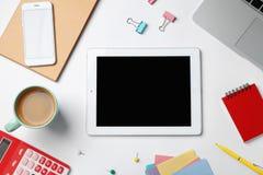 Tabletcomputer, laptop en kop van koffie stock foto's