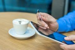 Tabletcomputer in mensenhanden De tabletpc van de mensenholding en creditcard binnen, online Winkelend Stock Afbeelding