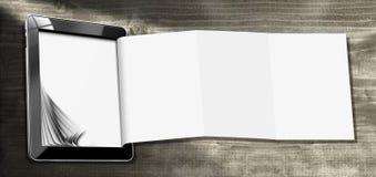 Tabletcomputer met Gevouwen Document Stock Afbeelding