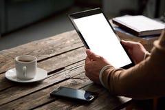 Tabletcomputer met het geïsoleerde scherm in mannelijke handen Royalty-vrije Stock Foto