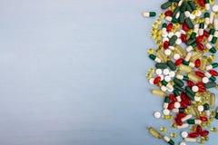 tabletek szereg przedsiębiorstw tło Rozsypisko asortowane różnorodne medycyn pastylki i Zdjęcia Stock