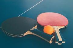 Tabletennis ou raquettes et boules de ping-pong sur la table Conce de sport Photos stock