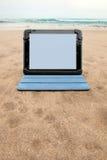Tabletgerät auf Strand Stockfotos