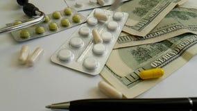 Tabletkapseln sind fallendes Dollarkonzept stock video