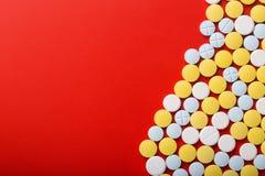 tabletki medyczne na czerwonym tle Odgórny widok pojęcie kłama medycyny pieniądze ustalonego stetoskop Zdjęcie Royalty Free