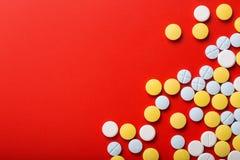 tabletki medyczne na czerwonym tle Odgórny widok pojęcie kłama medycyny pieniądze ustalonego stetoskop Obraz Royalty Free