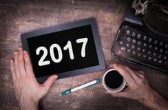 Tabletnoten-Computergerät auf Holztisch - 2017 Stockfotografie