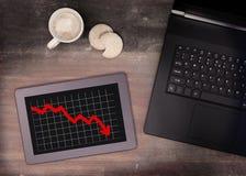 Tabletnoten-Computergerät auf Holztisch, stellen Negativ grafisch dar lizenzfreie stockbilder