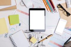 Tabletop γραφείων με τις ηλεκτρονικές συσκευές Στοκ Εικόνα