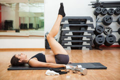 Tabletop crunches at the gym Royalty Free Stock Photos