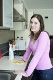 Tabletop de lustro da menina atrativa na cozinha e no sorriso Fotografia de Stock