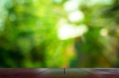Tabletop de madeira com fundo borrado da natureza fotos de stock royalty free