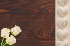 Tabletop med rosor royaltyfria bilder