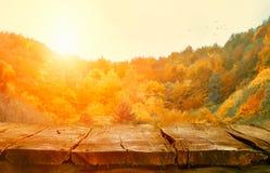 Tabletop z spada liśćmi Jesień stół z lasu stołem wewnątrz obrazy stock