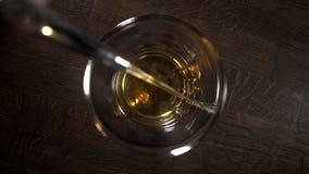 Tabletop zamknięty w górę wideo dolewania whisky szkło w slowmotion, dolewanie alkohol w barze, barman przy pracą, 4k zdjęcie wideo
