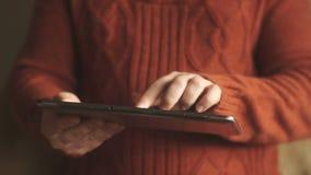 Tabletpc in de handen van de mens stock footage