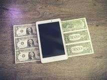 Tabletpc die op dollars liggen stock afbeeldingen