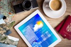 Tabletpc die weervoorspelling op het scherm tonen Stock Afbeelding