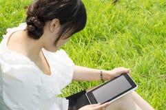 TabletPC en kvinna Arkivbilder