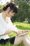 TabletPC en kvinna Fotografering för Bildbyråer