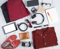 tabletpc, kleren, hoofdtelefoons, camera, schoenen, horloge en sunglas Royalty-vrije Stock Foto's