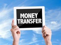 Tabletpc met de Overdracht van het tekstgeld met hemelachtergrond stock foto