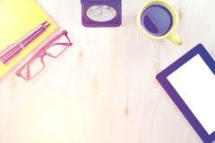 Tabletpc met het lege scherm en een kop van koffie, pen op geel n Royalty-vrije Stock Afbeelding