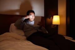 Tabletpc zal uw ogen in dark kwetsen Stock Fotografie