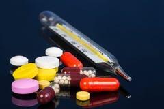 Tablets температура медицины Стоковая Фотография RF