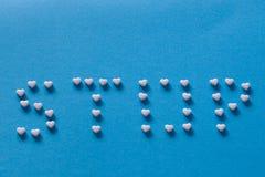 Tablets auf einem blauen Hintergrund stockfotografie